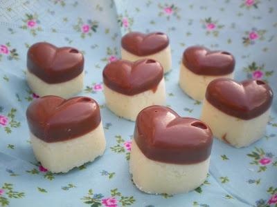 #Bounty Pralinen: Für dieses Konfekt füllt man die Förmchen einfach knapp zur Hälfte mit geschmolzener #Schokolade (ca 150 gr) und lässt diese wieder aushärten. 50 gr weiche Butter, 50 gr Puderzucker, 100 gr gezuckerte Kondensmilch und 110 gr #Kokosraspel