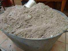Les cendres de bois.. Conservez précieusement les cendres de bois de votre cheminée, poêle à bois ou barbecue, car elles sont formidables pour le jardin. Les cendres de bois sont un excellent engrais naturel, très concentrées en apports nutritifs donc très efficaces pour la croissance, la stimulation, et l'embellissement de vos plantes. - Tamisez vos cendres pour obtenir une poudre fine que vous répandrez aux pieds de vos plantes, fleurs et arbustes. Puis griffez la terre pour que les…