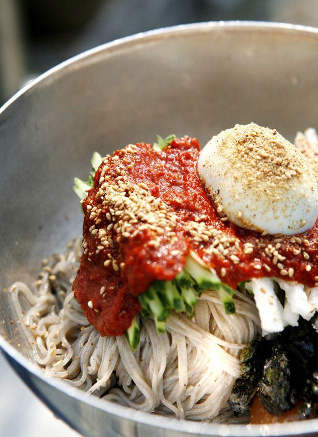 Makguksu: Corea del alforfón plato de fideos servidos en un caldo frío, a veces se sirve con azúcar, mostaza, aceite de sésamo o vinagre. Una comida de especialidad de Chuncheon