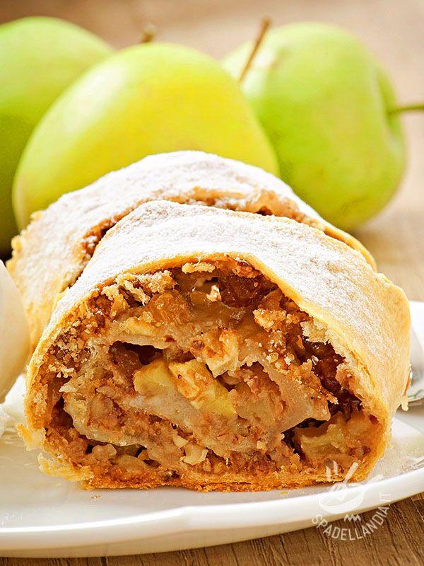 Lo Strudel con mele e noci è una delle tante varianti del famoso strudel. Provate a fare da voi l'impasto: la ricetta base è sul sito!