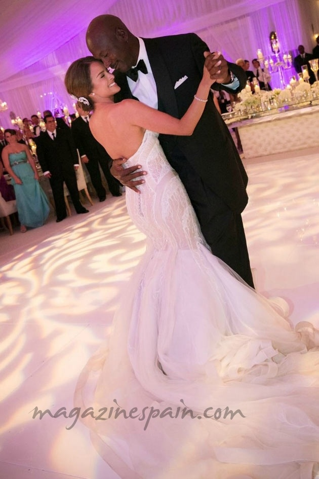 A sus 50 años, Michael Jordan se ha casado con una EX de Julio Iglesias Jr. de tan sólo 35 http://www.magazinespain.com/boda-de-michael-jordan-yvette-prieto/