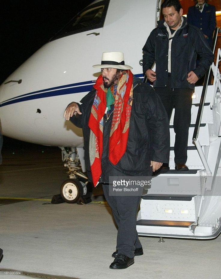Luciano Pavarotti, Manager, (von vo.n.hi.), Vor der ZDF/ORF/SRG-Show 'Wetten, dass; ?', Graz/; sterreich, , Flughafen, Hut, Schal, Promis, Prominente, Prominenter,