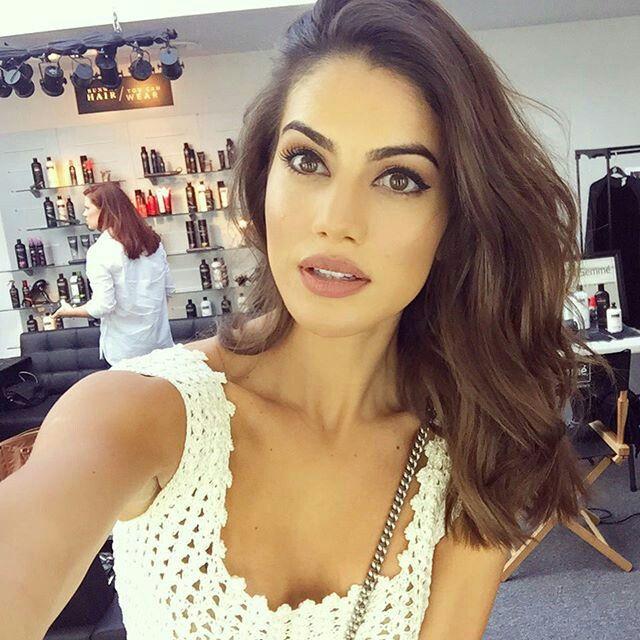 Camila Coelho, fresh make up: clear skin, winged liner and nude lips