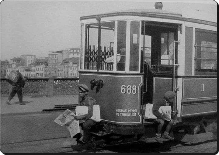 Galata Köprüsü üzerinde giden tramvayda iki gazete dağıtıcısı çocuk (1939)