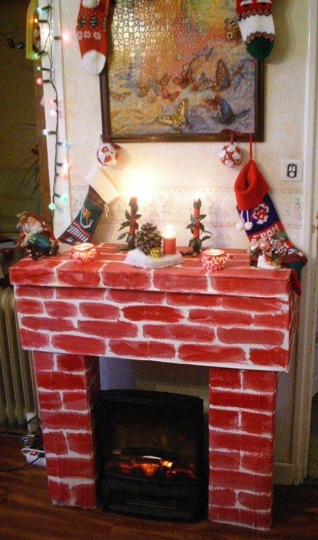 si vous n'avez pas de cheminée pour le père noël, en voici une vite fait (en tous cas pas trop longue à faire)matériel :* du carton (ondulé...