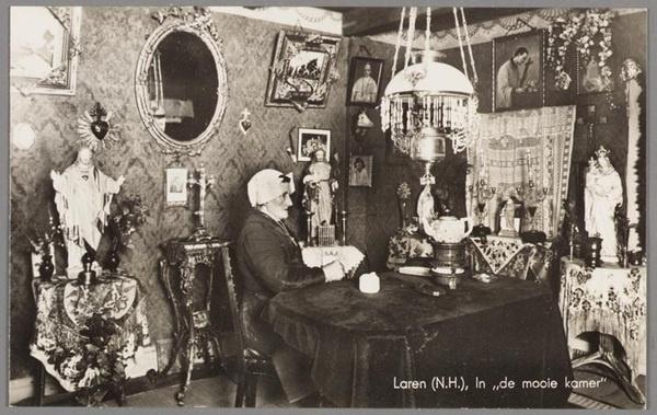 Smerig Dirkje poseert in fraai R.K. interieur. Enkele beelden o.a. van #Heilig Hart. #collectievissen