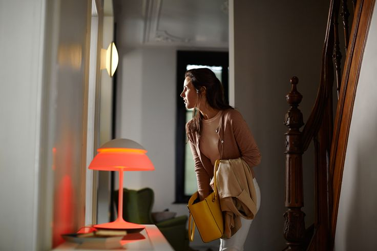 Hue Beyond - lampa stołowa, którą dzięki technologii geofencing, rozświetlisz przedpokój zanim wkroczysz do domu. Na przywitanie i na kolorowo, jeżeli sobie tego życzysz.#design #oświetlenie #przedpokój #LED #PoznajHue #Hue #Philips #Showroom #Duchnicka #PhilipsLighting