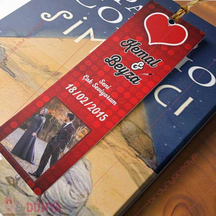Sevgiliye Resimli İsimli Kitap Ayracı  Sevgiliye hediye olarak ilginç kitap ayracı modelimizi, resimli ve isimli olarak tasarlayıp, kapıda ödeme imkanı ile satın alabilirsiniz.