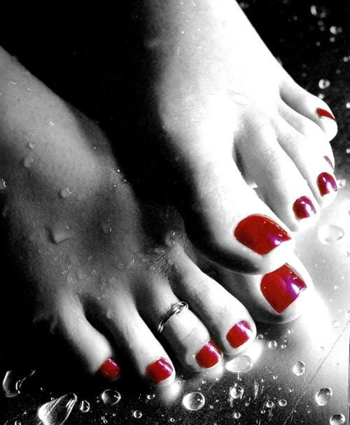 painted red toes ღ