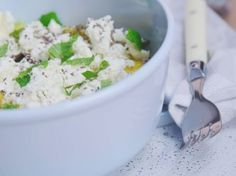 Recept van Sandra Bekkari: Salade van avocado, mango en feta - Libelle Lekker