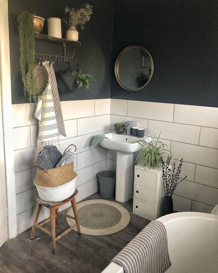 Badezimmer, weiße Fliesen, Anthrazit, Pflanzen, Korb, Holz