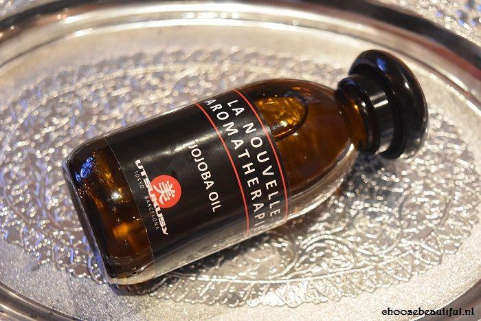 Jojoba olie, beauty blogger Jeapiebel bekijkt de vele toepassingen van deze veelzijdige olie. https://www.choosebeautiful.nl/review-utsukusy-jojoba-olie/