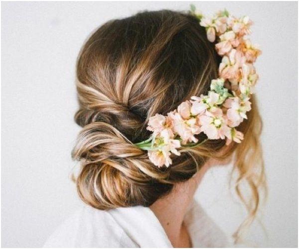 ロマンチックなchignon に花を飾って To see more: www.modwedding.com