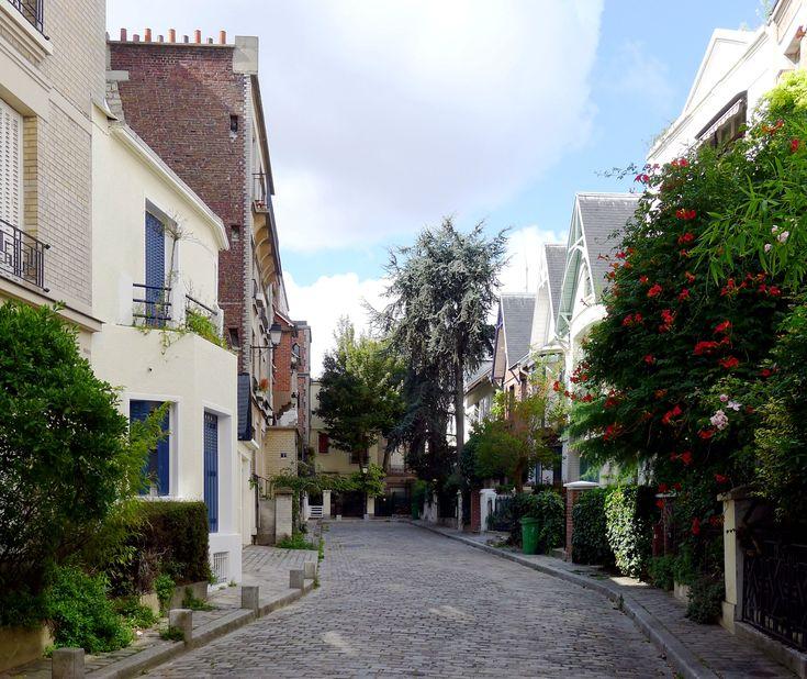 Au cœur de Montmartre, perpendiculaire à l'avenue Junot (la plus chic rue Montmartroise), la Villa Léandre est un magnifique havre de paix qui passe souvent au travers des circuits touristiques. Un lieu à part qui n'a pas besoin de plus de commentaires ! Paris