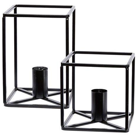 Kubeformet lysestake i sort metall.