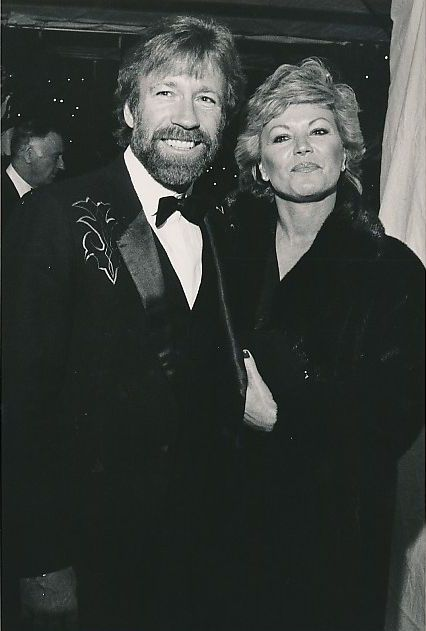 Catawiki online auction house: Dominguez - Globe Photos - Chuck Norris and his wife Dianne Holechek