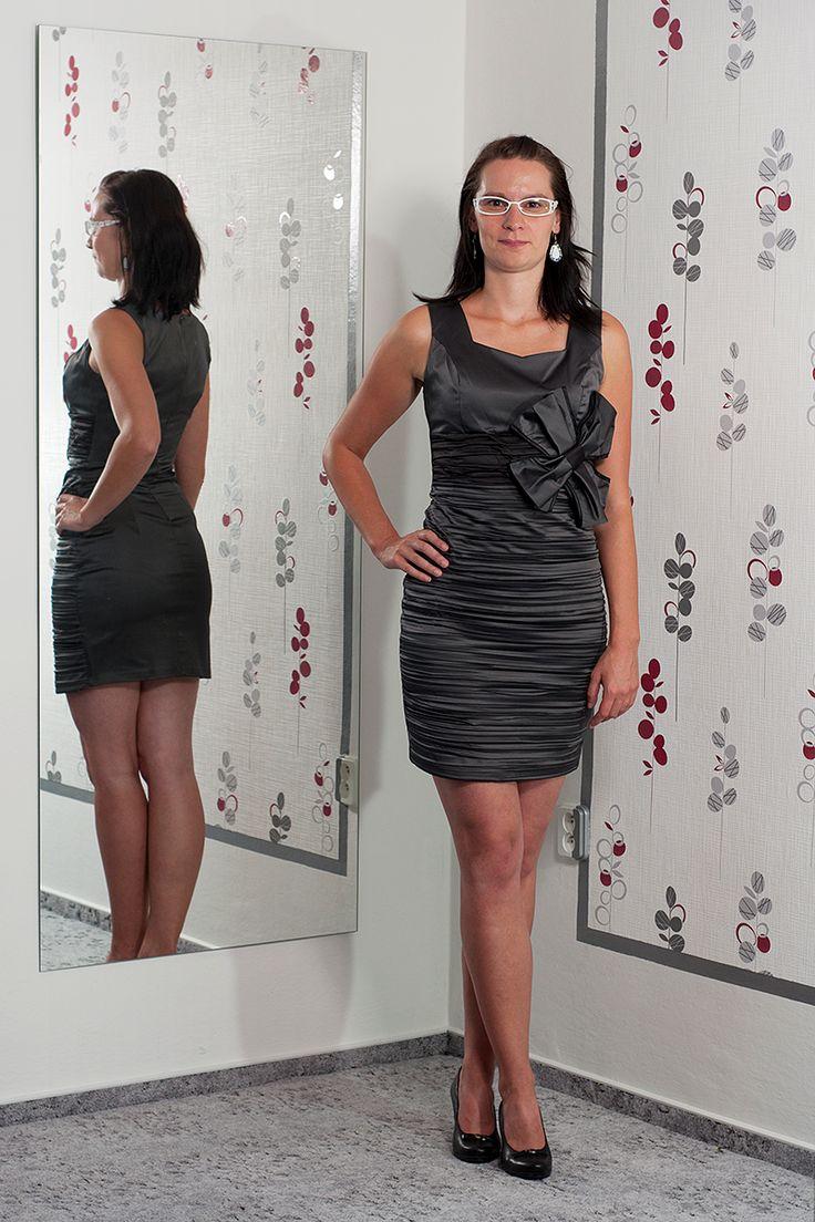 081. Výrazně šedé šaty s kytkou v pase a zapínáním vzadu.  Vel. 36 a 42  Cena: 620,- kč