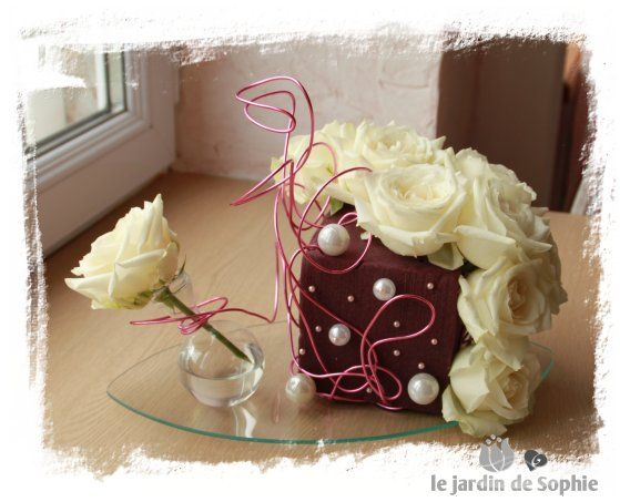 Utilisation du fil d'aluminium de couleur rose dans une composition florale moderne avec roses Avalanches et cube de mousse mure.                                                                                                                                                                                 Plus