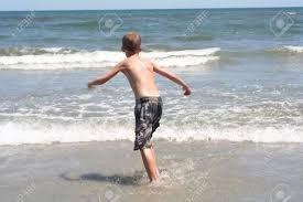 Resultat d'imatges de niño corriendo espaldas