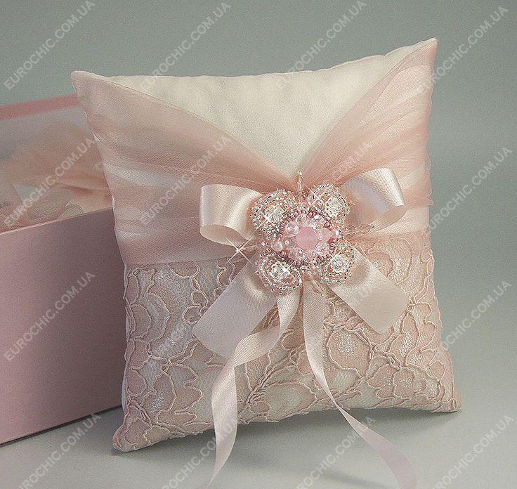 Подушечка для колец Делиция пастельная розовая с расшитой вручную брошью. Свадебные аксессуары атрибуты от Шик Европейский