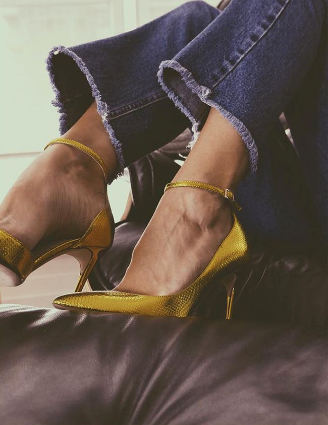 Escarpins sexy dorés + jean flare 7/8 effiloché = le bon mix (escarpins Jimmy Choo - photo The Fashion Guitar)