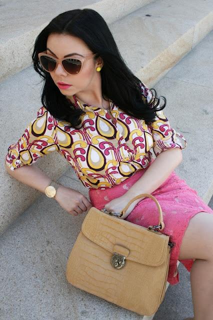 Cu primăvara-n ochelari, cu imprimeul nebun pe umeri! :)    Oana, una dintre minunatele noastre bloggeriţe prietene, vă recomandă cămăşile retro TinaR, la 79-89 lei, le găsiţi de cumpărat aici: http://www.tinar.ro/topuri/camasi.html.    Pentru mai multă inspiraţie fashion, urmăriţi http://ozfashionista.blogspot.com/!