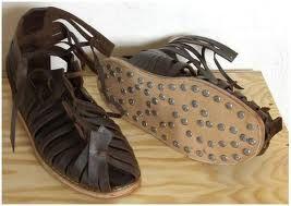 caligulae: sandalias tradicionales empleadas por el soldado de infantería o en las regiones romanas