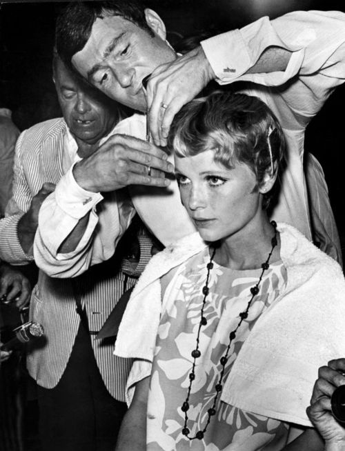 Sassoon putting the finishing touches to Mia Farrow's iconic crop during filming of 'Rosemary's Baby' in 1968.: Farrow Hair, Vidal Sassoon, Cut Mia, Miafarrow, Hairs, Hair Cut, Sassoon Cut, Mia Farrow, Rosemary Baby