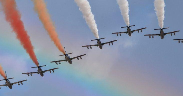 """Equipe de acrobacia da Força Aérea italiana espalha pelo céu fumaça com as cores da bandeira da Itália durante a celebração do """"Dia da Unidade Nacional"""" e do """"Dia das Forças Armadas"""", que marca o fim da Primeira Guerra Mundial para o país.  Fotografia: Andreas Solaro/AFP."""