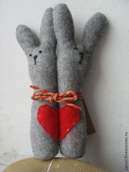 Зайки из шерсти. Неразлучники.. Зайки из шерсти. Милый, душевный, теплый подарок для парня или девушки. Сердечки заек стучат в такт: половинки совпадают. Глазки - бисеринки, носик вышит, сердечко из фетра, связаны декоративным шнуром.