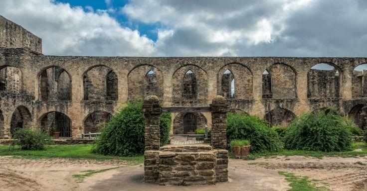 Missões de San Antonio (EUA) -- O local possui estruturas arquitetônicas e arqueológicas, áreas de cultivo, casas, igrejas, celeiros e sistemas de distribuição de água em um complexo situado em um trecho da bacia do rio de San Antonio, no sul do Texas (EUA), além de um rancho localizado a 37 km ao sul. As estruturas foram construídas por missões franciscanas no século 18 e ilustram os esforços espanhóis para colonizar, evangelizar e defender o norte da fronteira da Nova Espanha