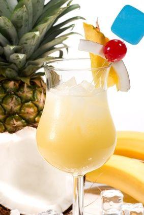 Pina Colada ● 4 cl. de leche de coco ● 6 cl. de zumo de piña ● 6 cl. de ron blanco ● hielo picado Mezclar la leche de coco, el zumo de piña, el ron y el hielo. Agitar y servir.