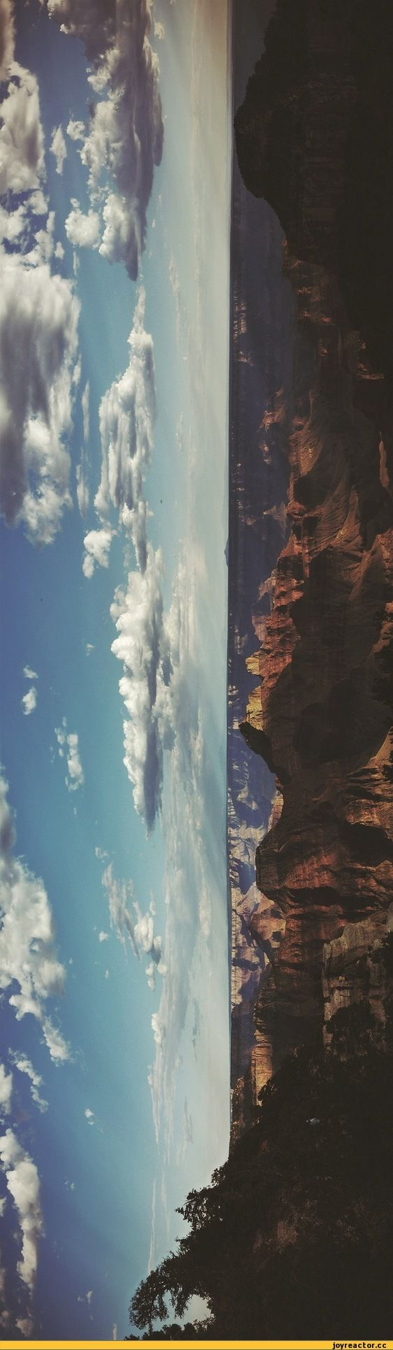 Panaroma. schönes Bild! Mir gefällt sehr, wie man sieht, wo das Sonnenlicht auf den Felsen trifft, was auch Schatten verursacht. Hauptsächlich die Bildmitte …