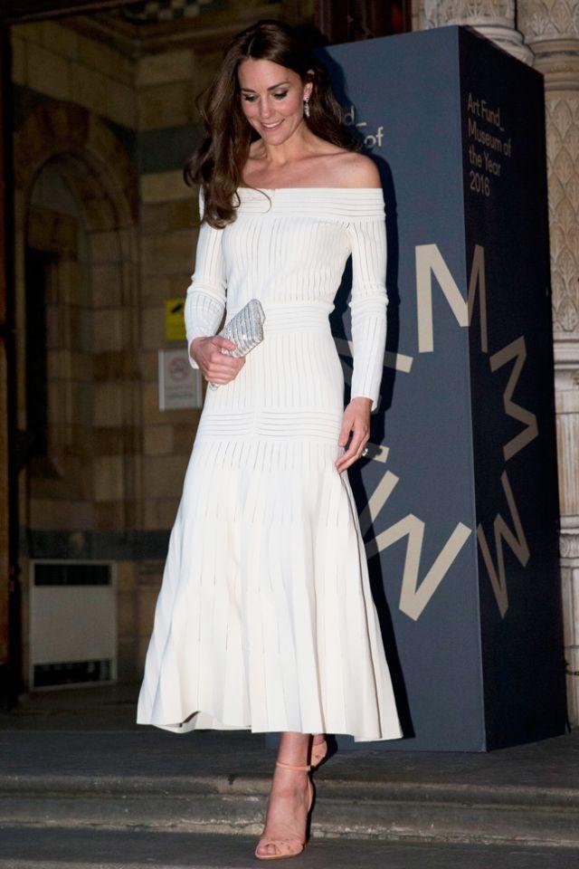 Голосуем! Лучшее белое платье недели: Кейт Миддлтон, Джованна Батталья, Сиенна Миллер и Бейонсе (фото)