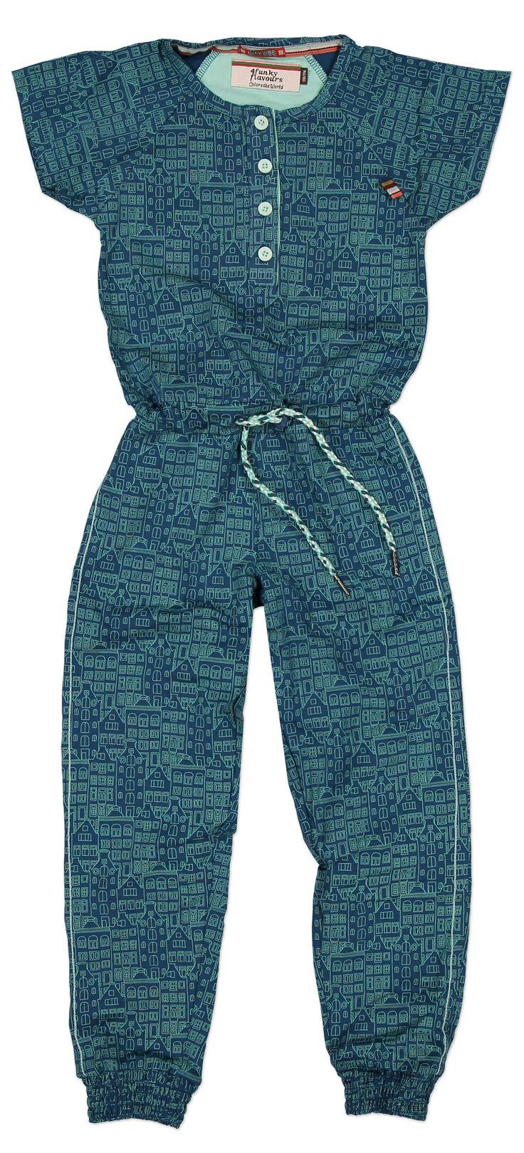 Blauwe meisjes jumpsuite Hells kitchen van het kinderkleding merk 4funkyflavours.  Dit is een jumpsuite uit de reeks City Vibes, met een all over retro print. Voorzien van korte mouw en lange benen. In de taille is deze aan te trekken dmv een gedraaide koord.