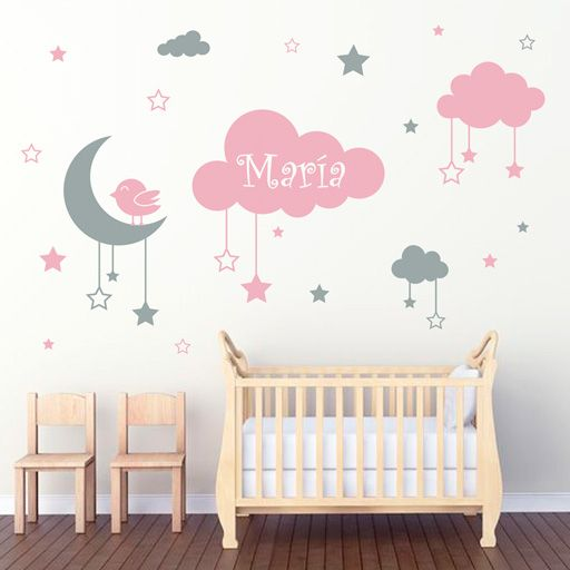 Precioso vinilo decorativo infantil de 2 colores, formado por nubes, luna con pajarito y estrellas colgando. Además, la nube mayor se puede personalizar con el nombre que quieras.