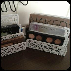 Organizador de escritorio con paletas de maquillaje