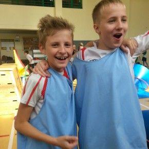 Czy na sali gimnastycznej można zorganizować rozgrywki paintballa? Oczywiście, że tak! Zobaczcie jak ćwiczyć szybkość, zwinność i spryt podczas tak nietypowych zajęć. Dzień Chłopaka na słodko i sportowo w szkole podstawowej w Krakowie.