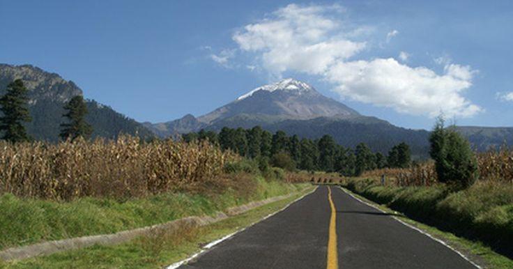 """La historia de Popocatépetl. Situado al sudeste de Ciudad de México, el Popocatépetl es el segundo volcán más alto de América del Norte. Con 5 426 metros o 17 802 pies de alto, el volcán ha erupcionado desde los tiempos pre colombinos y su actividad está registrada por la cultura azteca. Los aztecas también le dieron su nombre, que significa """"montaña humeante""""."""