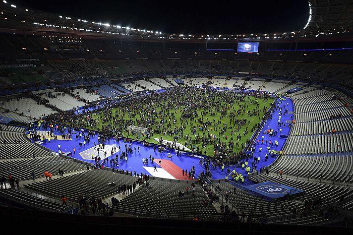 """Футбольных болельщиков выводят со """"Стад де Франс"""""""