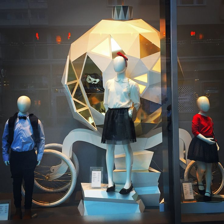 Christmas Window Display. AEGON KIDS - abstract collection of children mannequins. Distinguishing feature is the shape of the mannequin head. #WindowDisplay #junior
