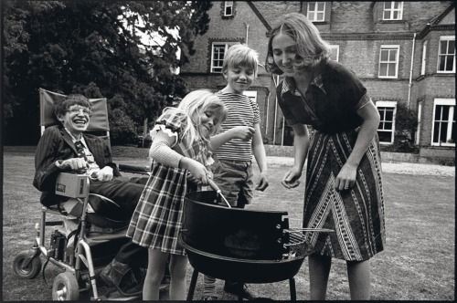 1977: Stephen Hawking with Jane Wilde Hawking, Robert and Lucy via reddit