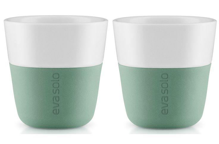 Eva Solo Espresso beker Groen 2 st.  Eva Solo Espresso beker Groen - 2 stuks Espresso die extra lang heet blijft altijd de perfecte temperatuur dankzij de Eva Solo Espresso beker.Het dubbelwandige ontwerp houdt hete dranken lang heet en koude dranken langer koud. Ze zijn vaatwasmachine bestendig dus handig in gebruik. En bestel je nu deze kopjes dan ontvang je er twee in een mooie geschenkverpakking! Espresso bekers Inhoud: 80 ml Materiaal: Porselein siliconen rubber  Vaatwasmachine…