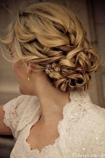 Semi raccolto capelli mossi per la sposa