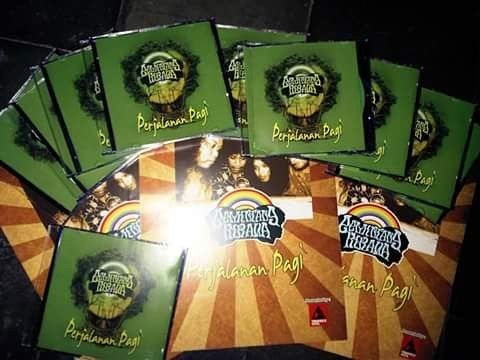 Ini adalah album pertama @gemintangkirana PERJALANAN PAGI yg kami produksi 2 tahun yg lalu  Dan tepat hari ini kelompok musik ini sudah 3 tahun ibarat manusia lagi iso mlaku  Dan pertengahan tahun rencana kelompok musik ini akan mengeluarkan Album Ke 2 JAGA RAGA     NO SKILL BUT REAL !!!     #folkindonesia #folkmusic #folk #ballads #ballad #grunge #blindmelon #nirvana #indiealternative #indie #indonesia #madiunindiemusic #madiun #barasuara #payungteduh #hippies #hippie #hippielife #acoustic…