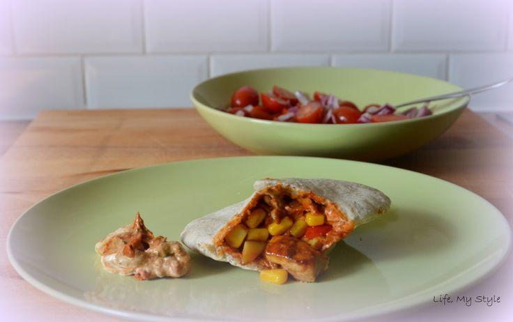 Vul een pitabroodje met de kip en groentjes en serveer met een schep yoghurtsaus. Ik meng altijd harissa onder mijn saus, ik hou van pikant. Serveer met een simpele tomatensalade of andere salade naar je eigen goesting.