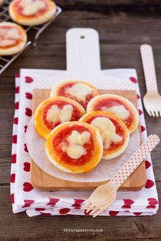 pizzette da buffet, pizzette velocissime con ricotta, easy recipe pizza