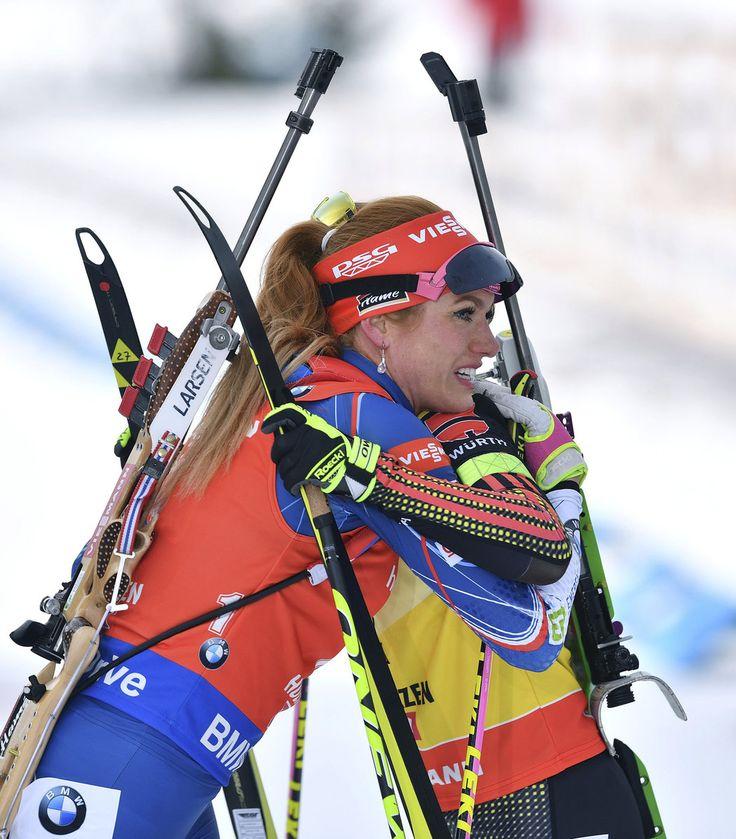 Gabriela Koukalová se objímá s vítěznou Němkou Laurou Dahlmeierovou