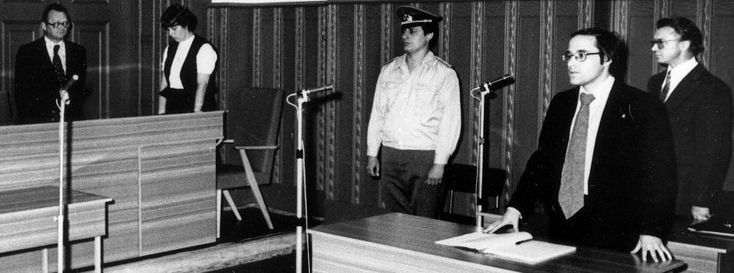 Verhandlung vor dem Berliner Stadtgericht im Juni 1978: Der Angeklagte Rudolf Bahro rechts im Bild, vor ihm sein Verteidiger Gregor Gysi  ...