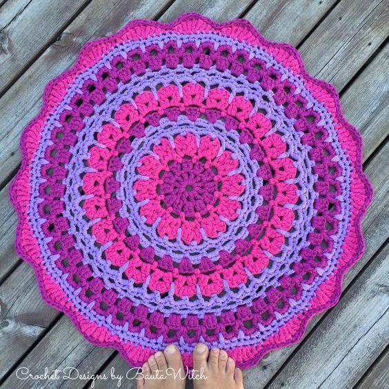 Att virka mandalas blir allt mer populärt. Ofta används de som dukar men virkar man i ett tjockare garn, som t ex återvinningsgarnet Ribbon XL blir de läckra mattor. Den här mattan kallar jag min B…